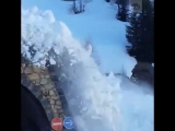 Мощный сход лавины во Французских Альпах