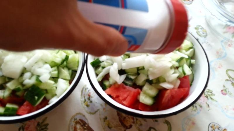 Как сделать салат из помидоров и огурцов ⁄ How to Make a salad of tomato and cucumber