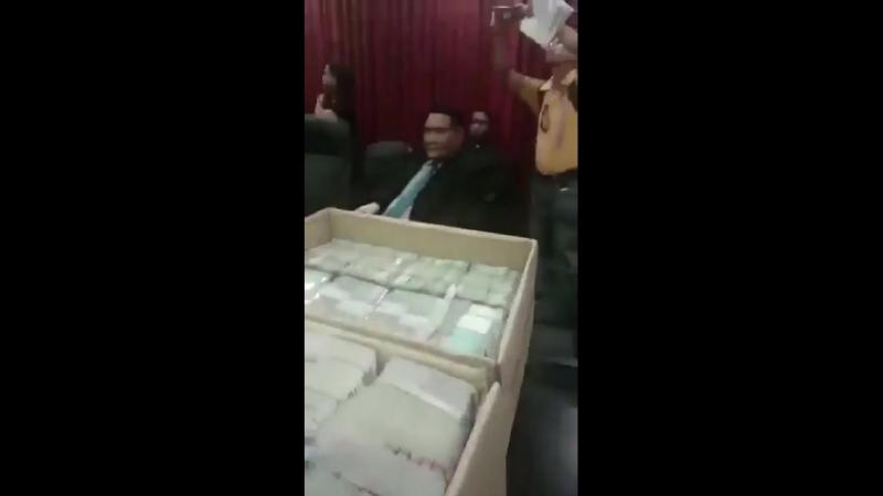 Малайзийский премьер-министр Наджиб Разак после проигрыша на выборах решил ускакать за границу со своими скромными пожитками. Но