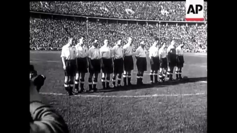 Английские футболисты зигуют перед матчем Германия Англия в 1938 году в Берлин