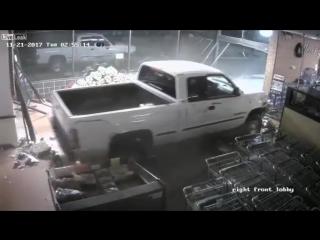 В США грабители протаранили магазин на угнанной машине