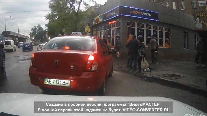 В Днепропетровске пьют прямо из лужи