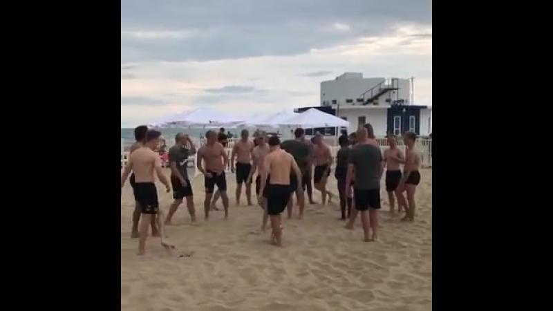 Сборная Дании сыграла на пляже в футбол