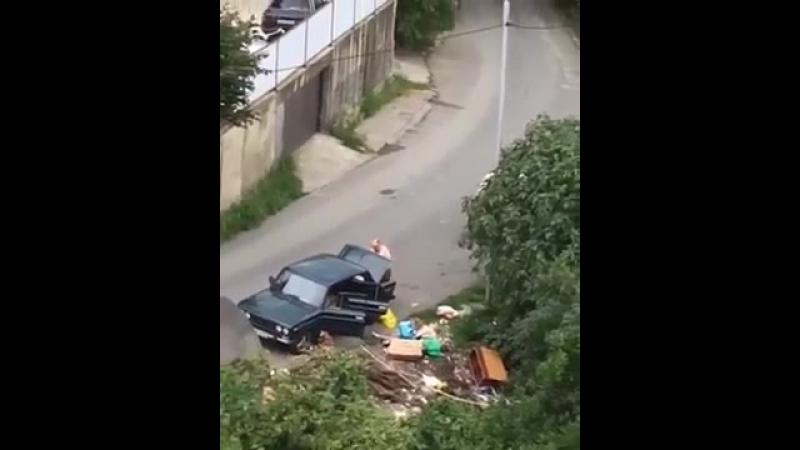 Толстый мерзкий тип выбрасывает мусор прямо на обочину