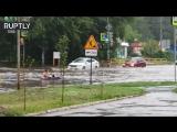 На матрасе после ливня: жители Тольятти устроили заплыв по затопленной улице