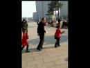 Дед с внучками танцует👍