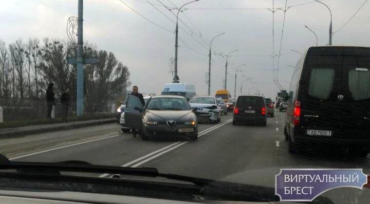 """На Кобринском мосту из-за ДТП огромная """"пробка"""" - до ЦУМ-а"""