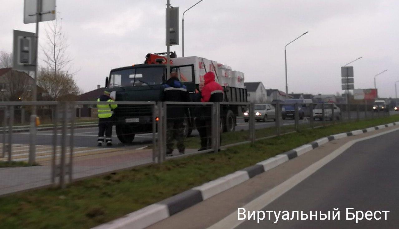 На Радужной КАМАЗ не успел затормозить и въехал в VW