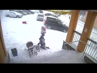 Сход снега с крыши администрации Видяево