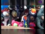 В Курске 5 января люди устроили давку из-за бесплатных конфет и календарей