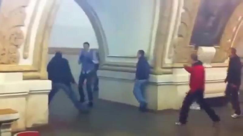 Толпа забивает парня в метро. Сотрудник полиции бездействует