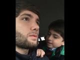 Выгнал брата из машины за песню ?