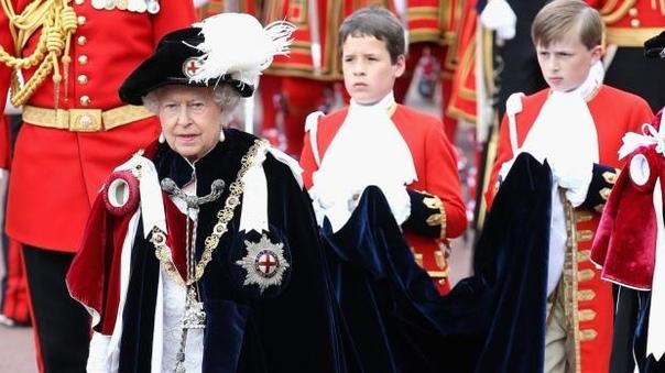 королева елизавета ii возглавила шествие рыцарей ордена подвязки в понедельник, 18 июня в виндзорском замке состоялась церемониальная служба ордена подвязки, на которой присутствовали старшие члены королевской семьи. ее величество как предводитель