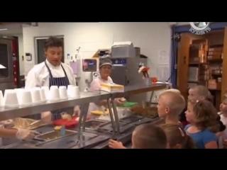 Чем американцы питаются в школе и дома (Food Revolution)