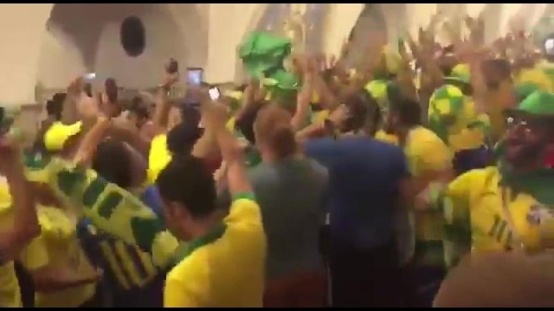 Фонаты Бразилии, торжествуют, поют песни и хулиганят в Московской метро..mp4