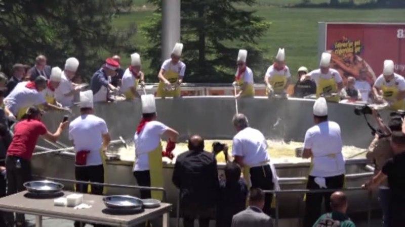 Новый рекорд Гиннеса установили в Турции, приготовив 2 тонны печени ягнёнка