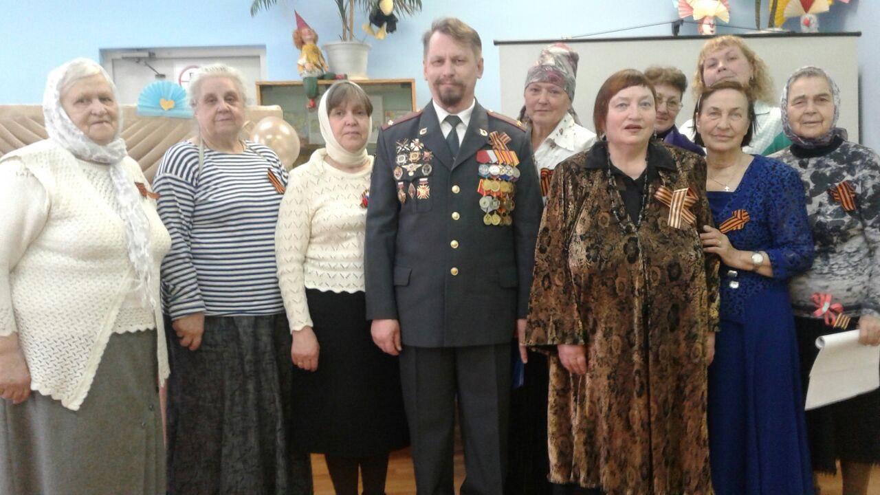 Прихожане, ветераны, члены народного хора и гости на празднике, посвящённого Дню Победы