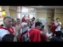 Перуанцы зажигательно поют в закусочной
