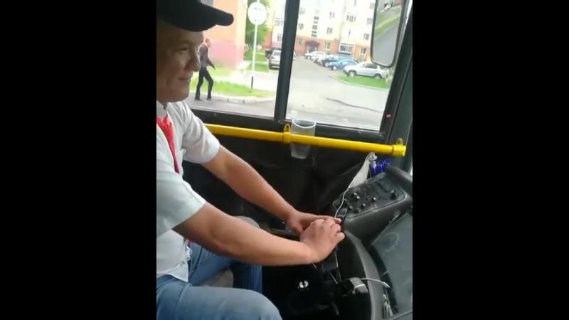 Астанада рөлсіз автобус басқарған жүргізуші жұртты шошытты