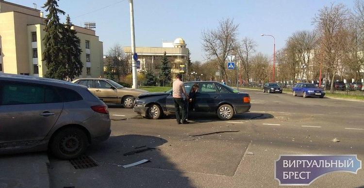 ДТП на перекрёстке Ленина-Гоголя, автомобиль оказался на тротуаре