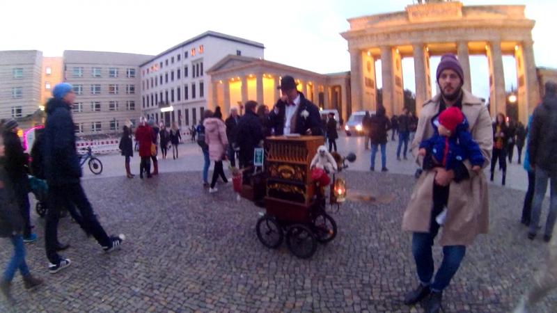 Уличный музыкант в Берлине у Бранденбургских ворот