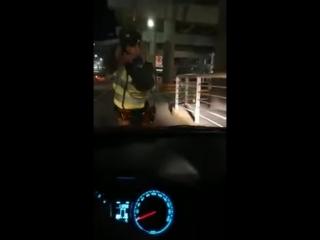 Чилийский полицейский стреляет в водителя убера.