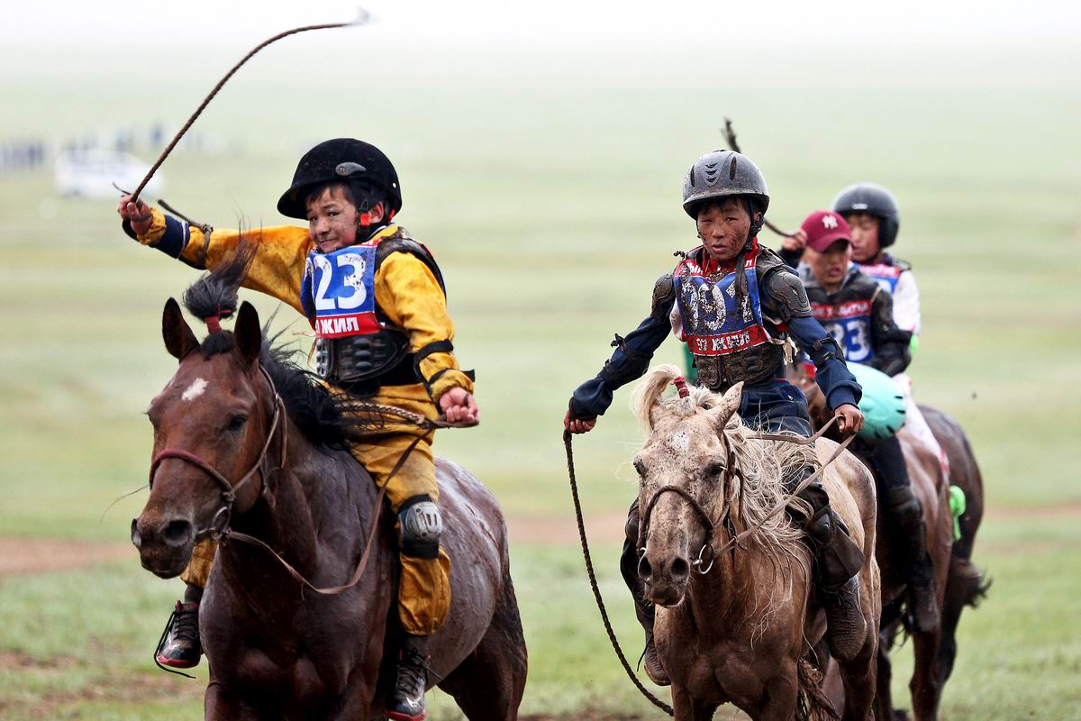 Чумазые, но довольные: Юные монгольские наездники