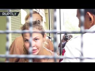 «Всё нормально»: видео Алекса Лесли и Насти Рыбки из тайского суда