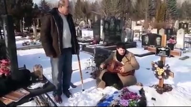Лірник Назар Божинський на могилі харківського журналіста Владислава Проненка