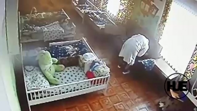 Няня избивает ребенка-инвалида