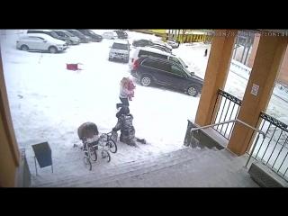 Дочка спасла маму от лавины с крыши администрации посёлка Видяево Мурманской области