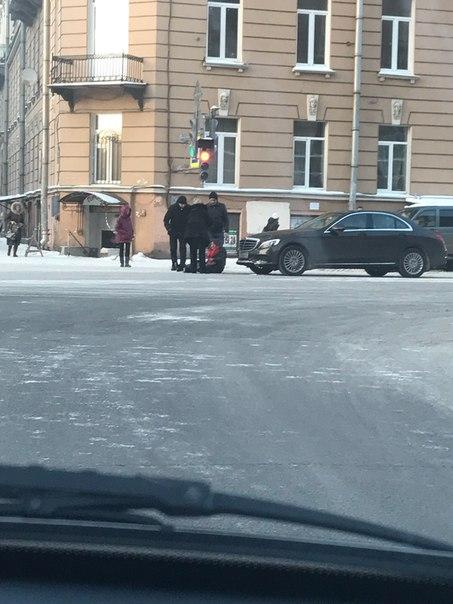 В Петербурге женщина за рулем Mercedes сбила бабушку и скрылась с места ДТП