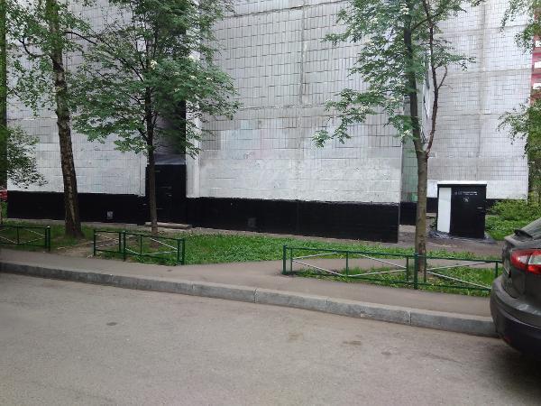 Фасад дома на Новгородской очистили от вандальных надписей