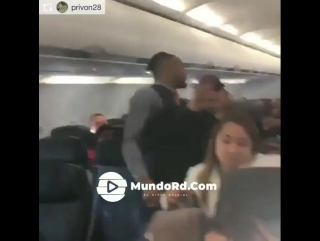 El tremendo escandalo que armo este hombre dentro de un avion