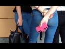 Красивая аппетитная попка школьницы в джинсах в коридоре школы