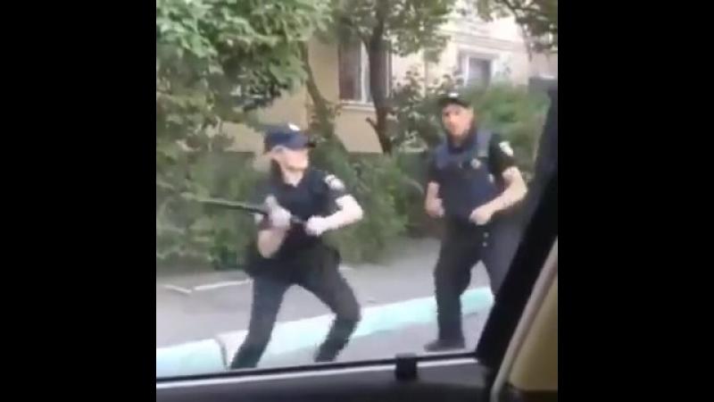 Украинские копы демонстрируют боевой гопак