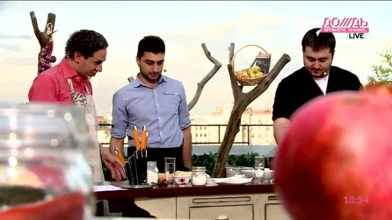 Рауль и Тигран, владельцы ресторана Mizandari приготовили Хачапури по традиционному рецепту прямо на крыше Красного октября