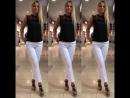 Чёрная блузка с кружевом и белые брюки