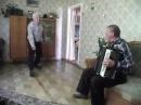 Дед исполняет танец «Яблочко»