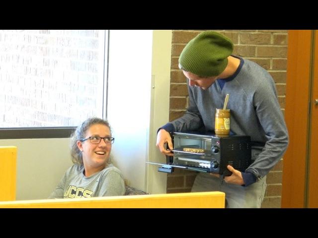 Чавкает в библиотеке
