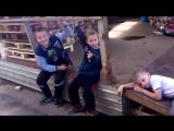 Дети нюхают газ от зажигалок.