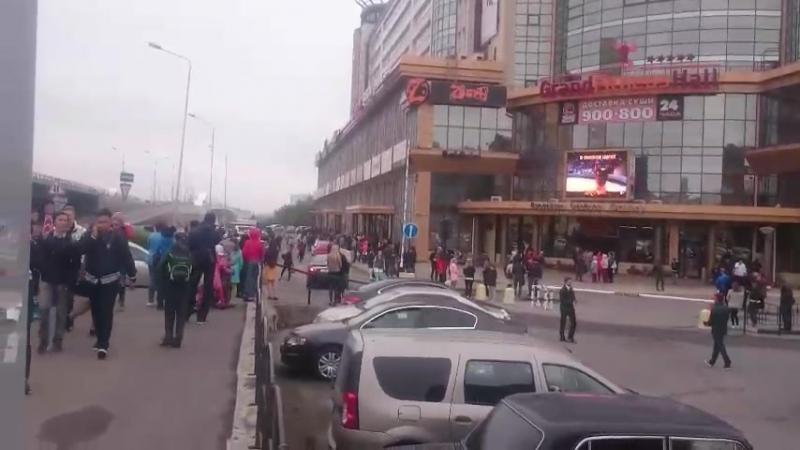 Эвакуация в Омске, люди на парковке у Миллениума