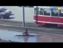 В центре Омска по луже проплыл гребец на байдарке