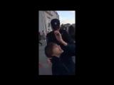 Задержания ребенка за то что читал стихи Шекспира в Москве полициейские Видео