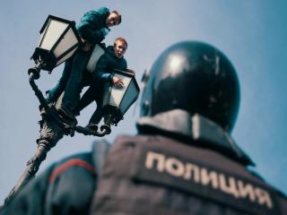 Хулиганы Навального. Школота бежит за евро.