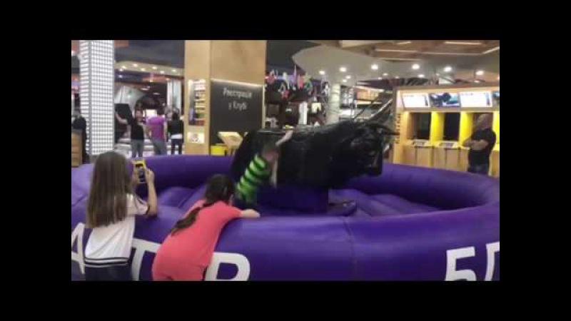 Челлендж Удержаться на быке Бешеный бык в развлекательном центре