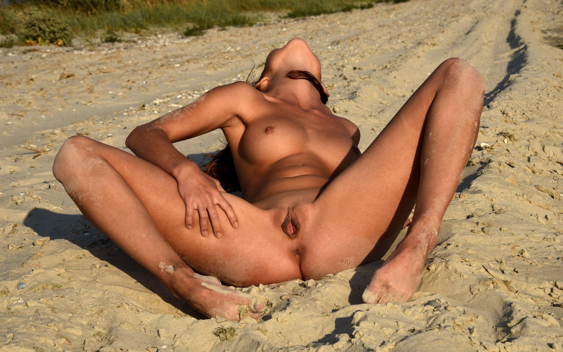 Фото раздвинула ноги на пляже, Грудастая девушка раздвинула ножки на пляже. Фото 23 фотография