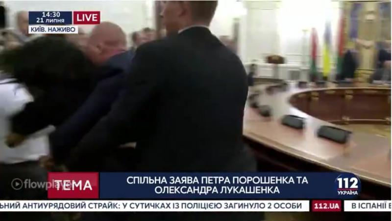 Анджелина Диаш из FEMEN показала Лукашенко грудь