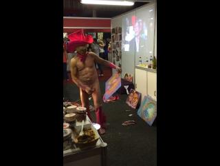 Видео секс мужик рисует членом