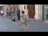 Это чудесно! Балерина не удержалась и cтанцевала под уличного музыканта